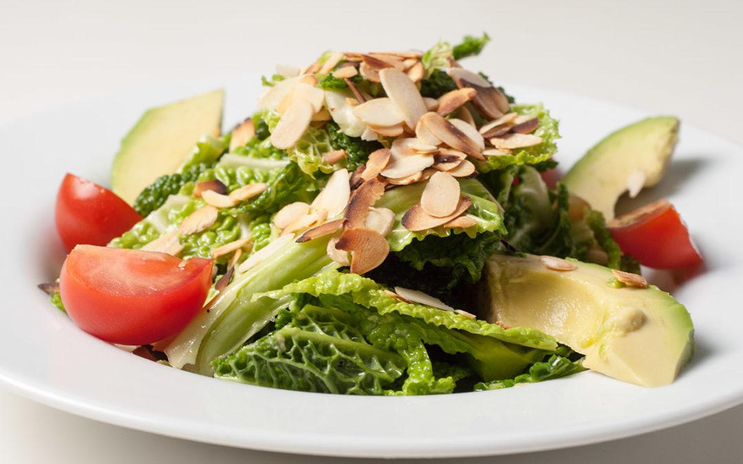 Knackiger Wirsing Salat mit Avocado, Tomate und gerösteten Mandelsplittern