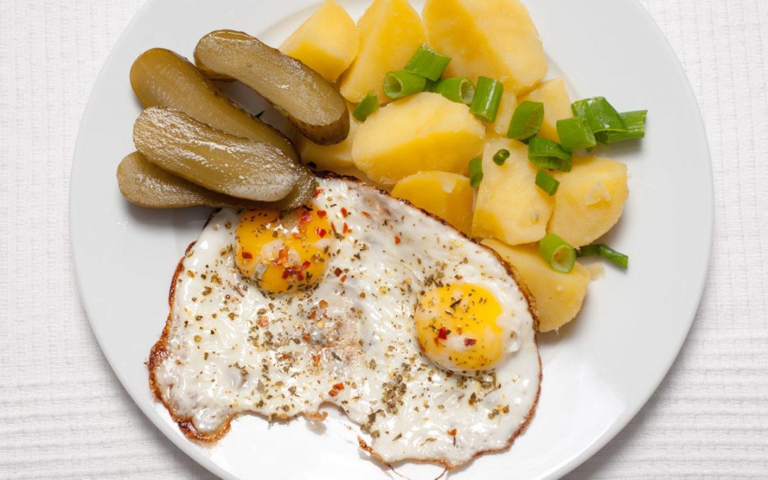 Spiegeleier mit Kochkartoffeln und saurer Gurke