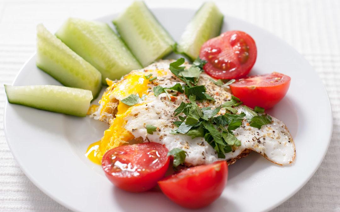Abendbrot für den kleinen Hunger – mit Ei, Tomate und Gurke