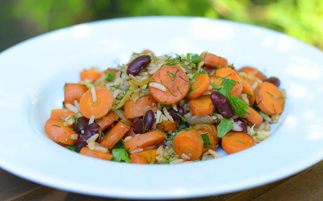 Lauwarmer Bohnen-Möhren-Reis-Salat mit frischen Kräutern