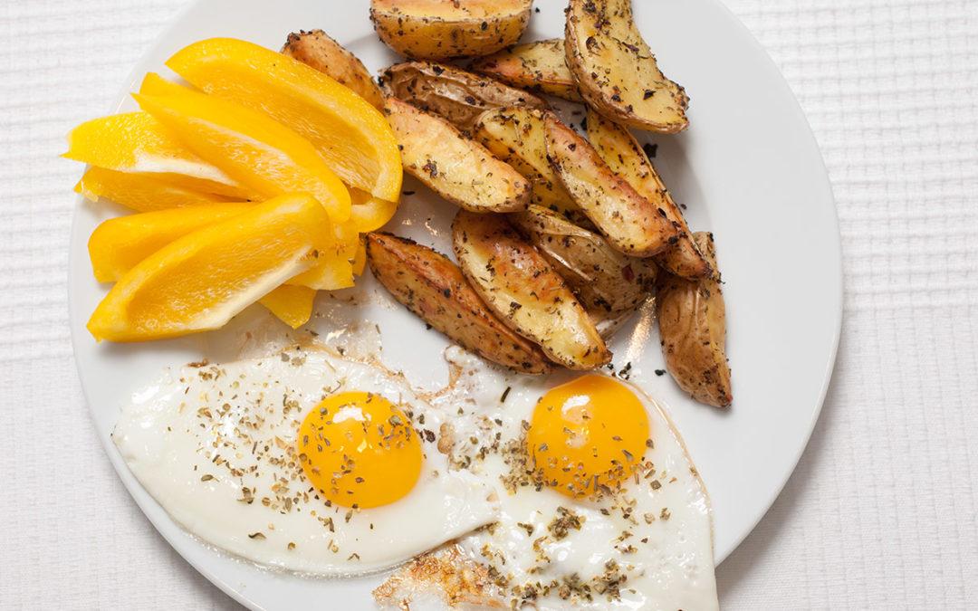 Knusprige Kartoffelspalten mit 2 Spiegeleiern und frischen Paprikastreifen