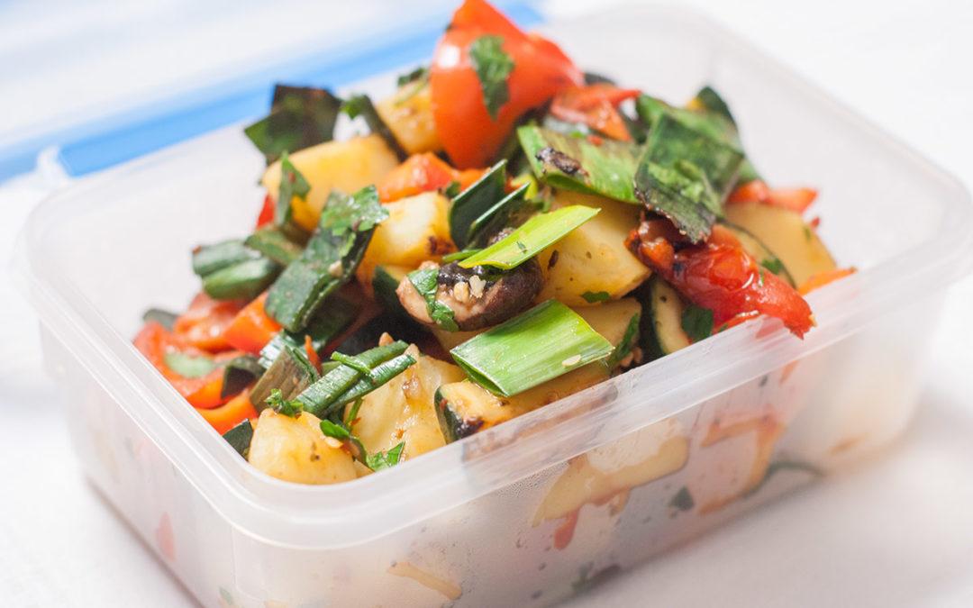 Buntes Wokgemüse mit Kartoffeln, Zucchini, Porree und Paprika
