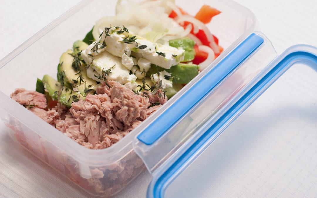 Mediterraner Salat mit Thunfisch, Avocado, Gurke und Schafskäse